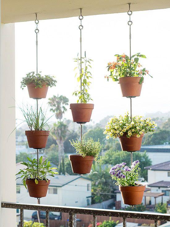 آویزان کردن گلدان ها در بالکن کوچک