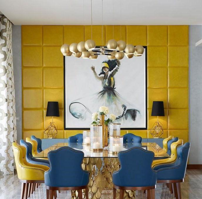 دکوراسیون ناهار خوری با دیوار تاکیدی زرد رنگ و صندلی های آبی و زرد