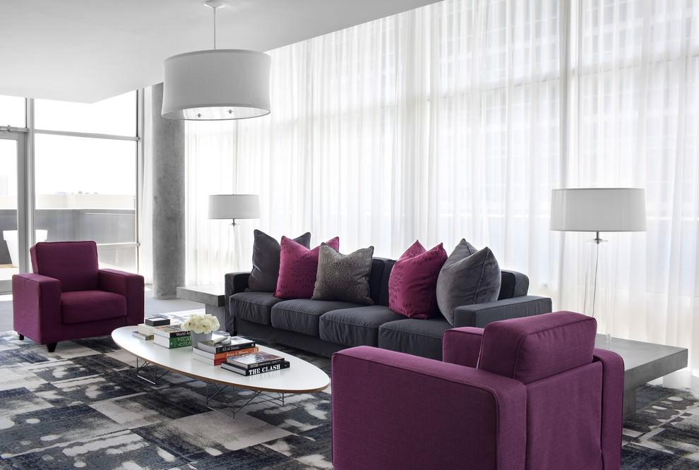دکوراسیون سفید منزل که دیوار، سقف و پرده سفید است و مبل ها و کوسن ها بنفش خریداری شده اند