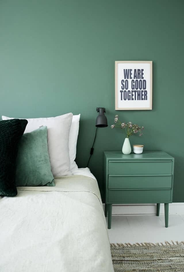 دکوراسیون سبز مونوکروماتیک اتاق خواب که در آن دیوار، پاتختی و کوسن تخت سبز است