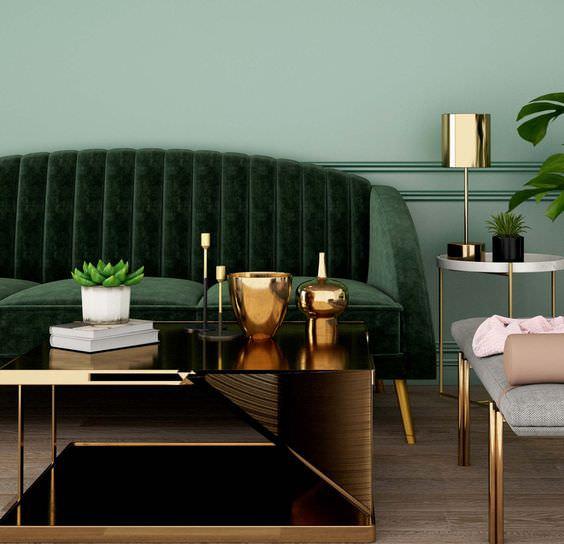 دکوراسیون سبز رنگ دیوار و مبل ها که پایه مبلمان و دکوریجات طلایی انتخاب شده اند