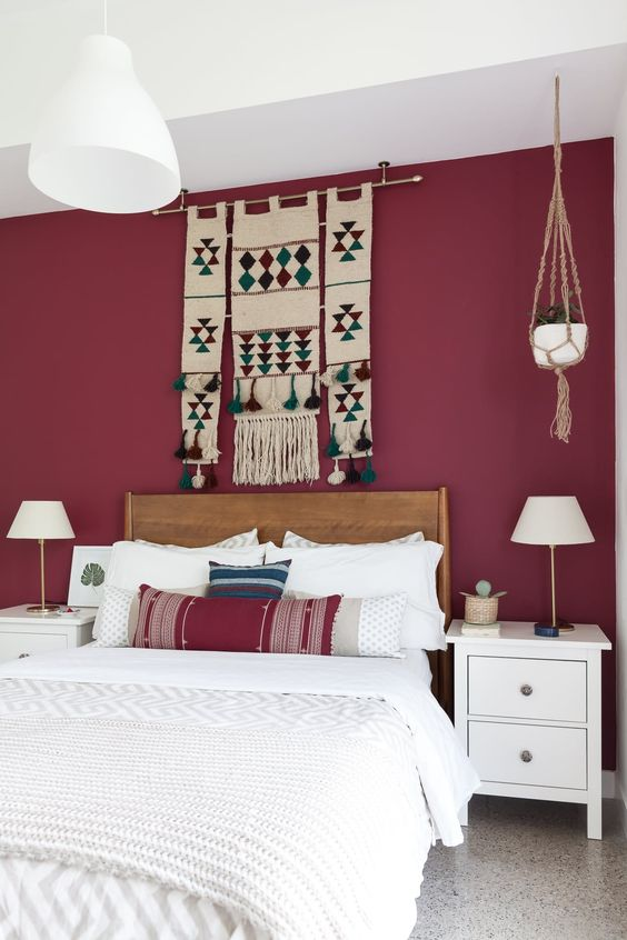 اتاق خواب با دیوار تاکیدی قرمز