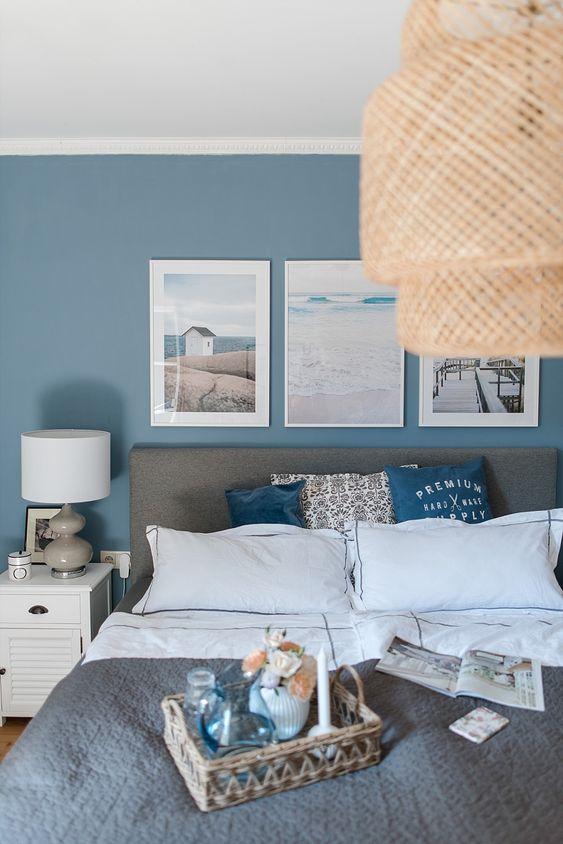 اتاق خواب با دیوار آبی و تخت طوسی