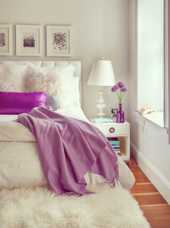 اتاق خواب با بالش بنفش