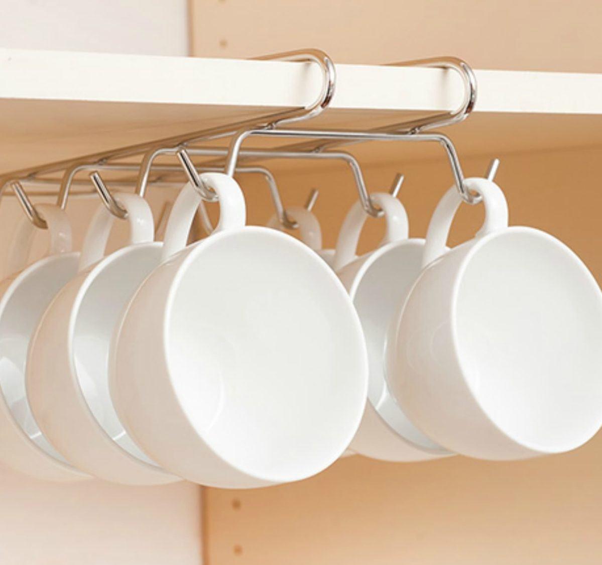 چیدمان لیوان های دسته دار، فنجان و ماگ داخل کابینت با آویز فنجان داخل کابینتی