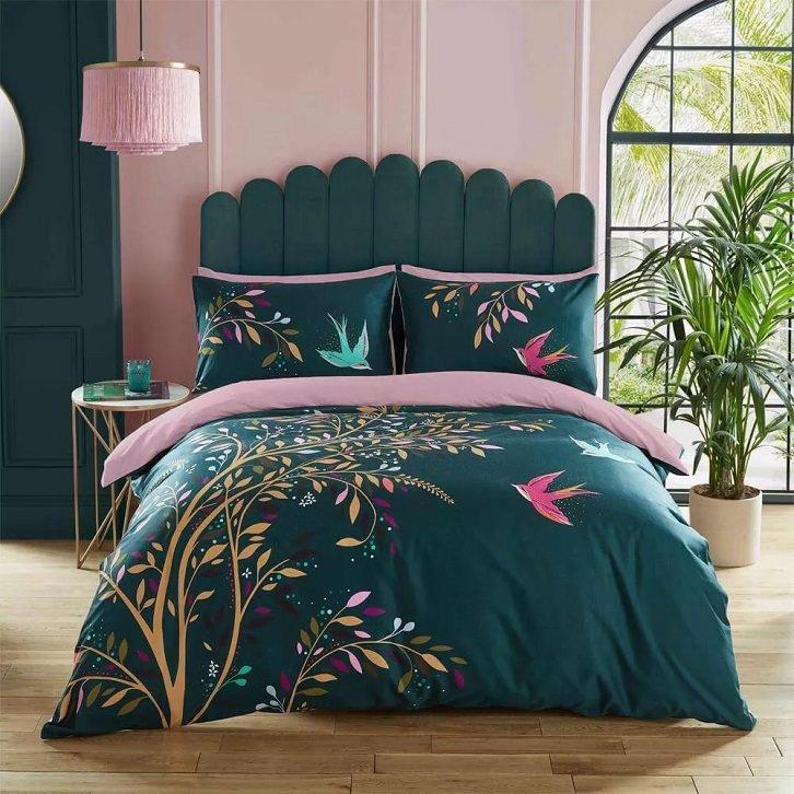 رنگ روتختی سبز آبی با طرح گل و پرنده که با دیوار تاکیدی صورتی اتاق در تضاد است