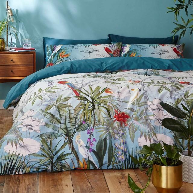 رنگ روتختی آبی با طرح های رنگارنگ گل که رنگ زمینه آن با دیوار پشت تخت شباهت دارد