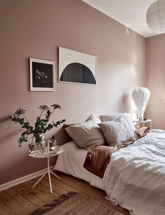 دکوراسیون صورتی و قهوه ای اتاق خواب که دیوارهای آن به رنگ صورتی و کفپوش آن به رنگ قهوه ای است