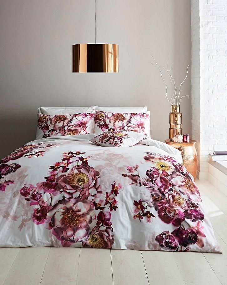 رنگ روتختی سفید صورتی با طرح گل بزرگ که برای ایجاد گرما از آن استفاده شده است