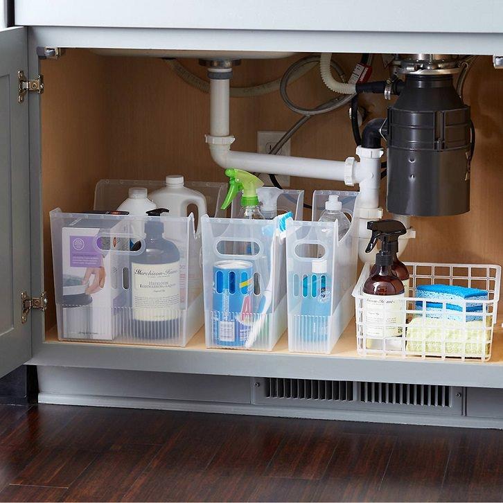 چیدمان کابینت زیر سینک ظرفشویی با سبدهای نظم دهنده