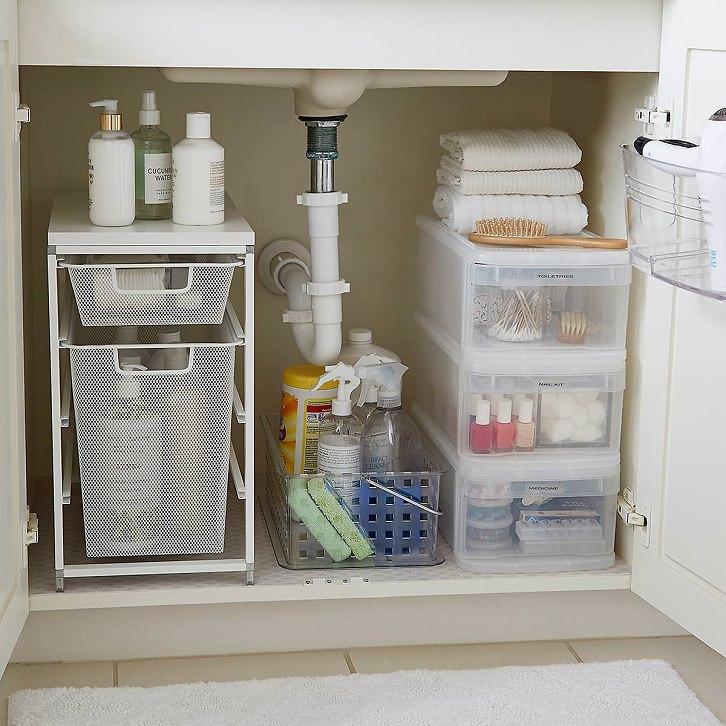 چیدمان کابینت زیر سینک ظرفشویی با کشوهای پلاستیکی نظم دهنده