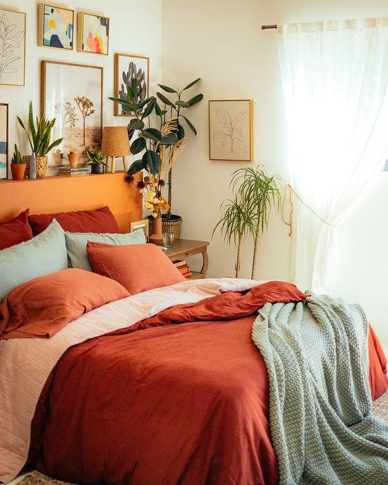 اتاق خواب با رو تختی آجری