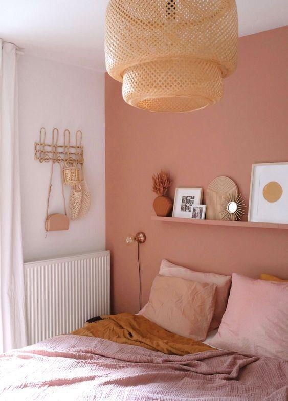 اتاق خواب با دیوار تاکیدی صورتی