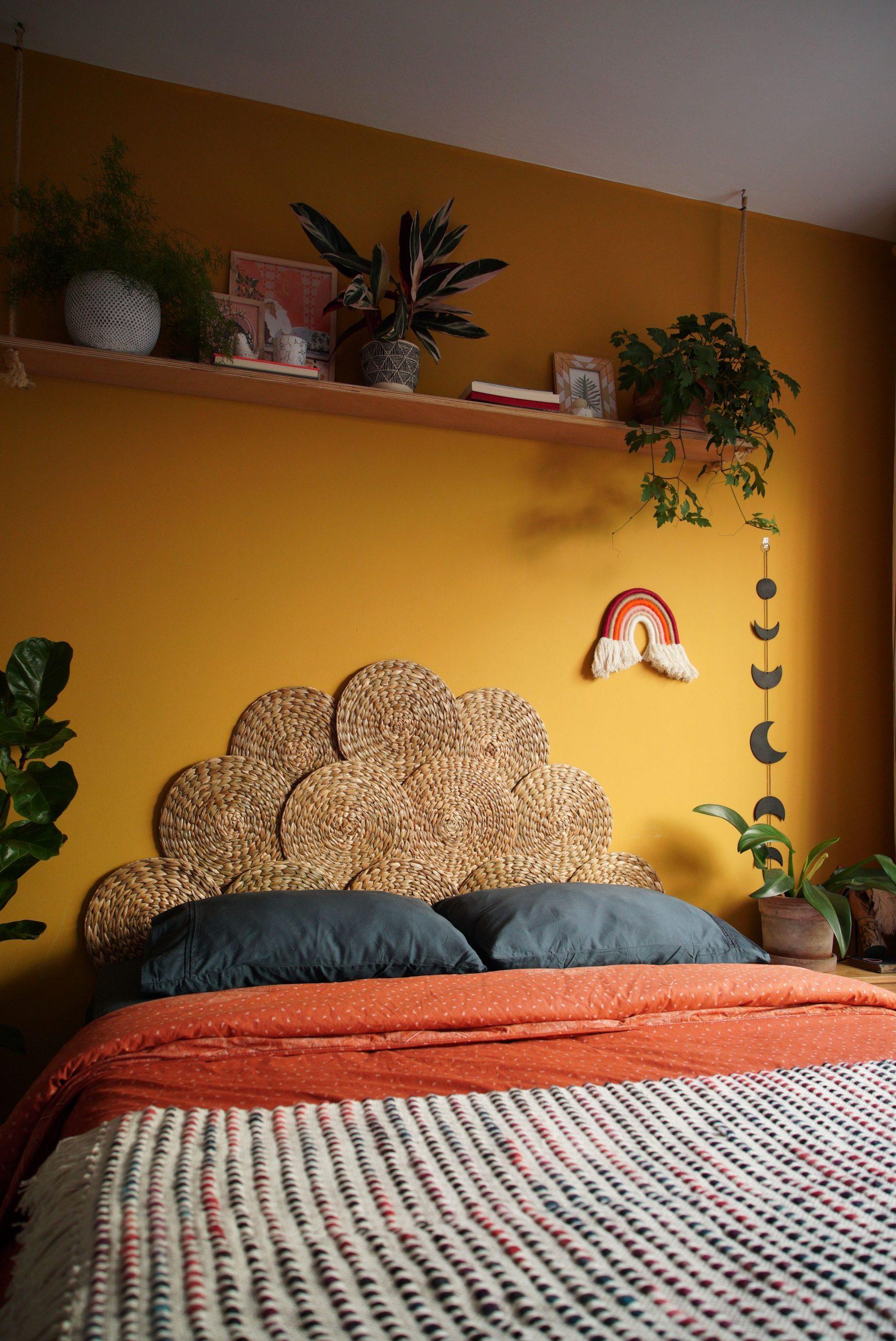 اتاق خواب با دیوار تاکیدی زرد
