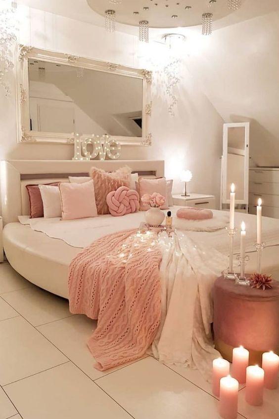 اتاق خواب صورتی و سفید با ریسه های نوری