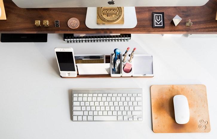سطح میز کار منظم و مرتب برای فنگ شویی اتاق کار