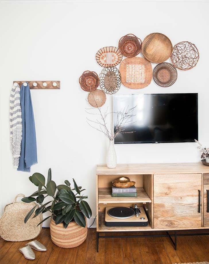 دیزاین دیوار پشت تلویزیون با بشقاب دیوارکوب حصیری