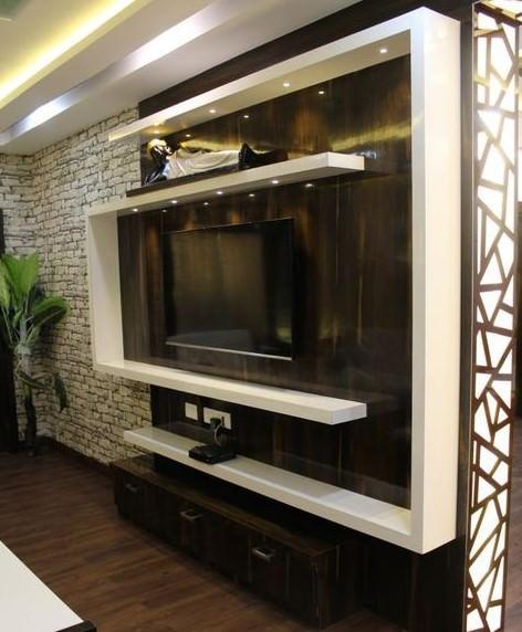 دکوراسیون دیوار پشت تلویزیون با کناف کرم و چوب تیره در خانه مدرن