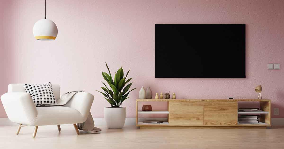 نقاشی دیوار پشت تلویزیون به رنگ صورتی روشن