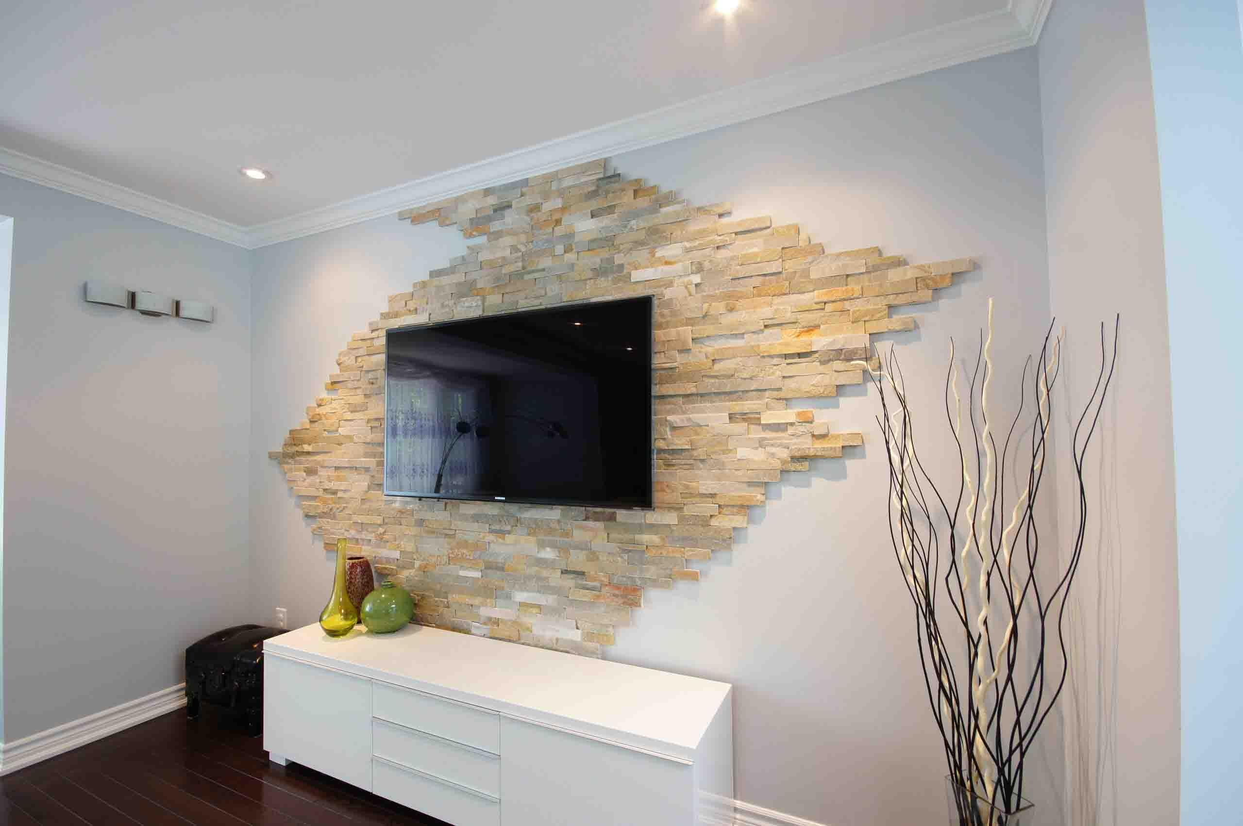 طراحی دیوار پشت تلویزیون با سنگ آنتیک روشن