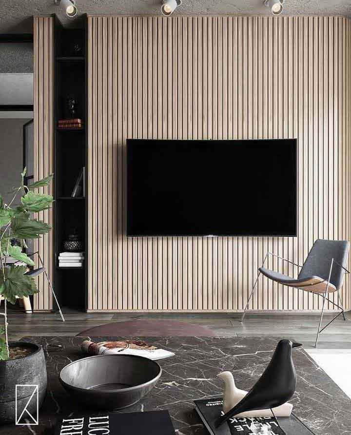 دکور پشت تلویزیون با پنل های چوبی عمودی