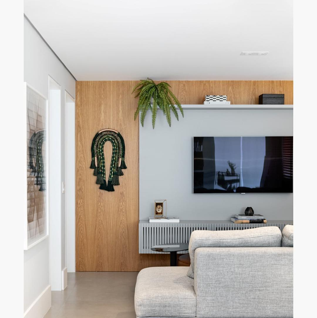 دکوراسیون دیوار پشت تلویزیون با کناف طوسی در خانه مدرن