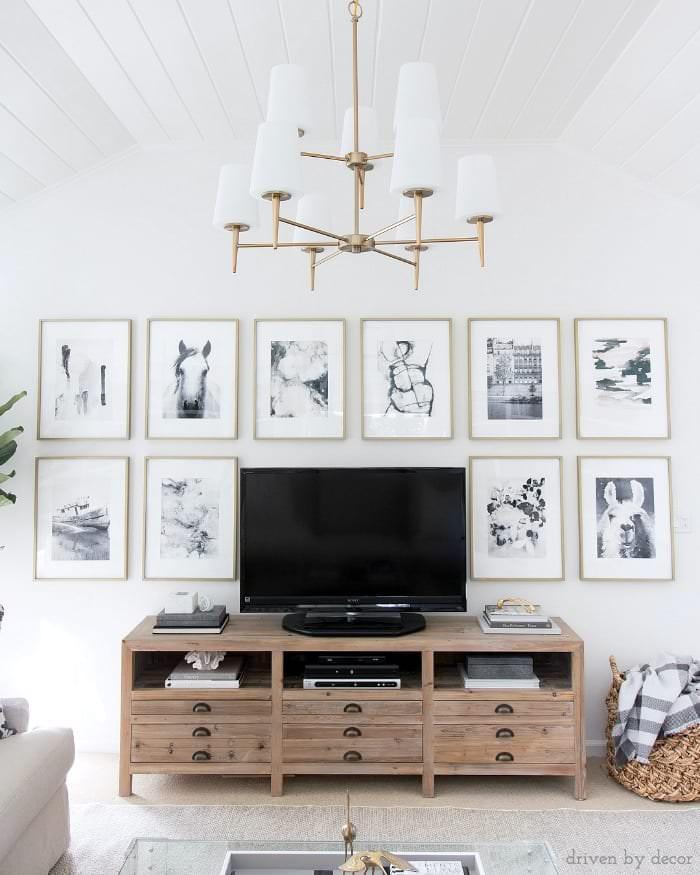 تزیین دیوار پشت تلویزیون با گالری دیواری که تابلو سیاه و سفید روی آن نصب شده است