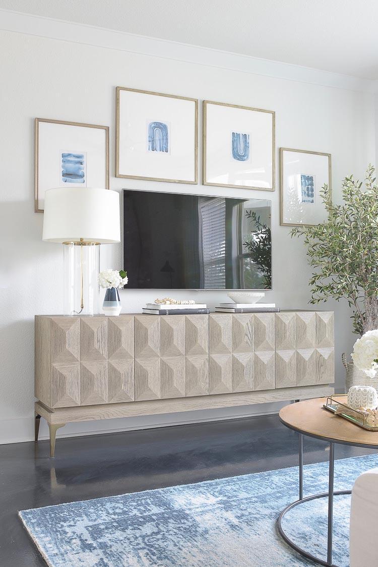 دکور دیوار پشت تلویزیون با قاب عکس های سفید و آبی مدرن