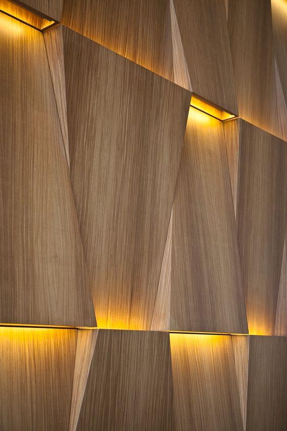 نور پردازی چوب در دیوار پذیرایی مدرن