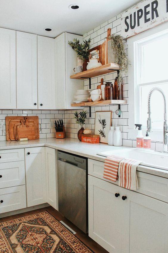 استفاده از شلف برای تزیین دیوار آشپزخانه