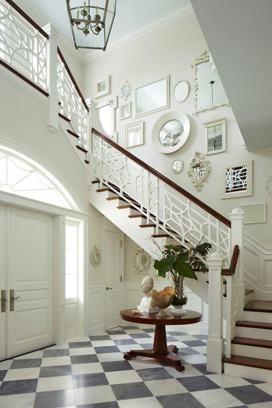 تزیین دیوار راه پله با آینه های قاب دار سفید