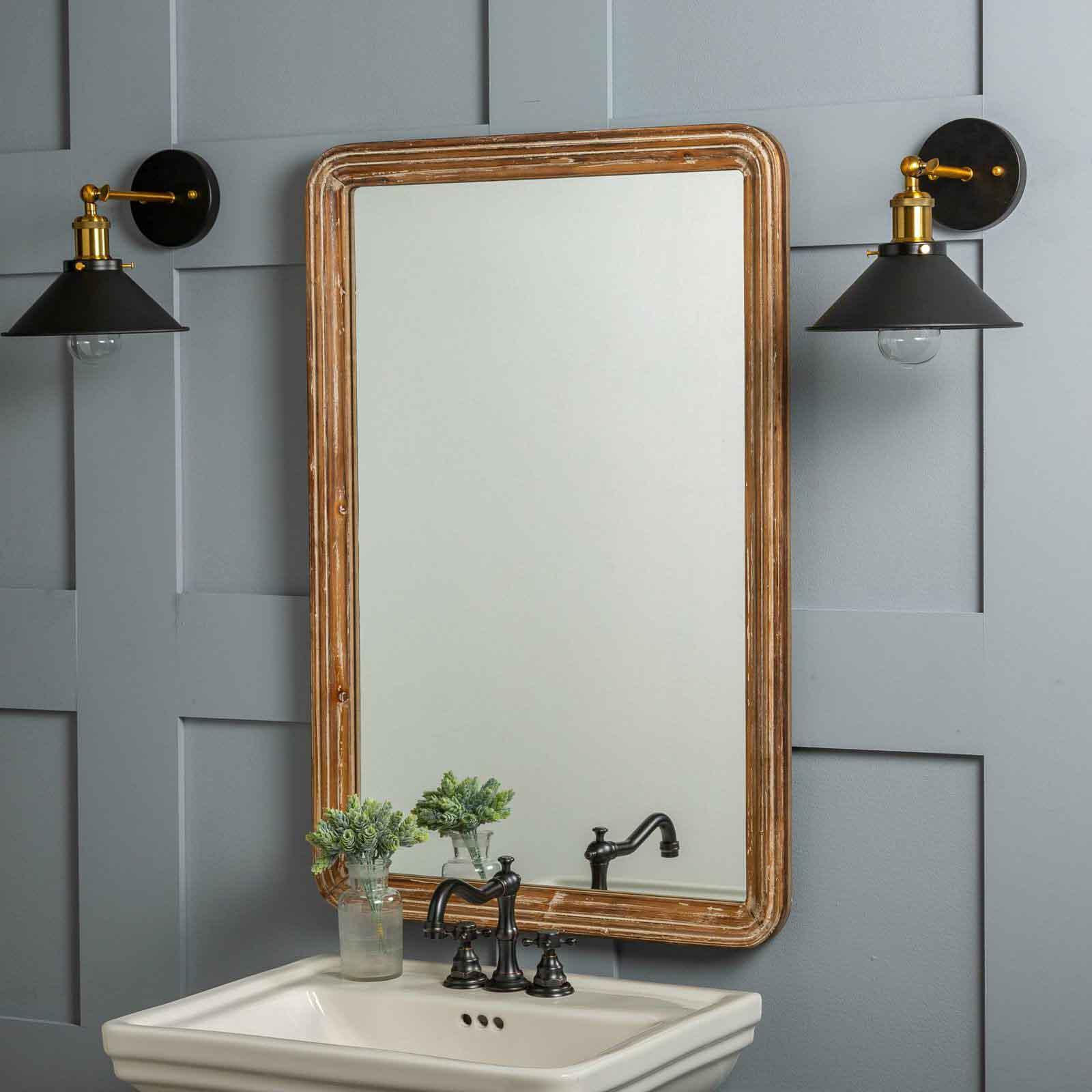 تزیین دیوار دستشویی با آینه کلاسیک با قاب چوبی ظریف کاری شده
