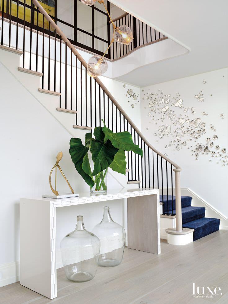 تزیین دیوار راه پله با استیکر آینه ای طرح پروانه
