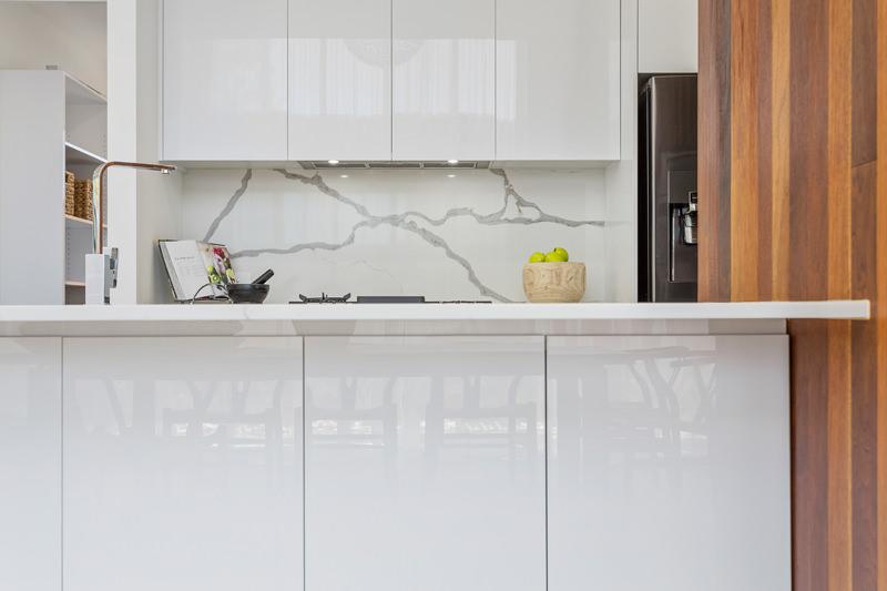ام دی اف با روکش اکریلیک سفید استفاده شده در کابینت آشپزخانه مدرن