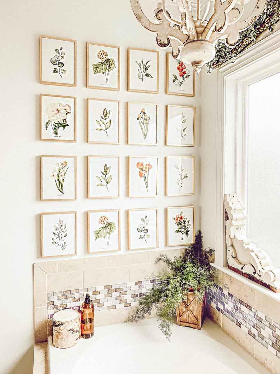 تزیین دیوار دستشویی با تابلوهای گل هم اندازه کوچک