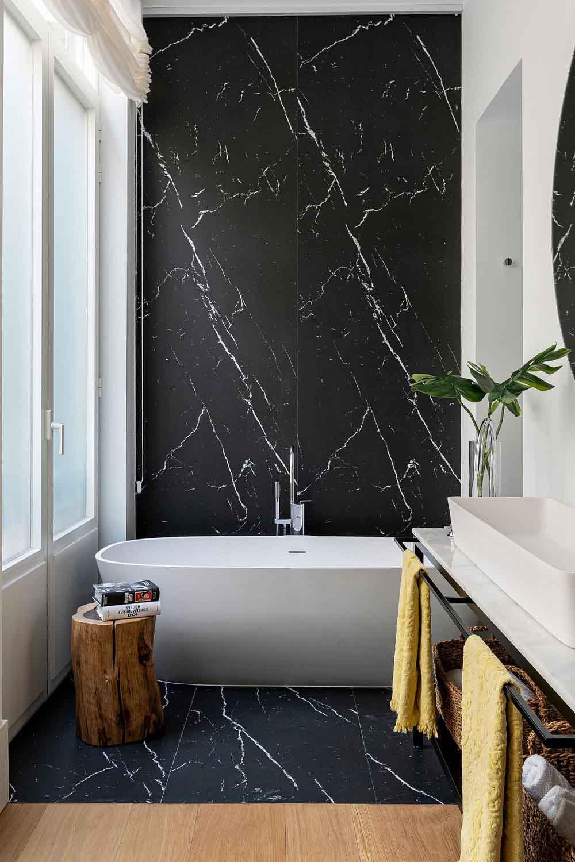 تزیین دیوار حمام و دستشویی با ایجاد دیوار تاکیدی طرح سنگ
