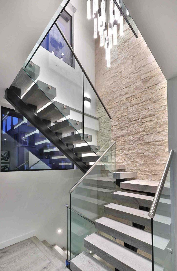 تزیین دیوار راه پله و پاگرد با سنگ آنتیک سفید کرم
