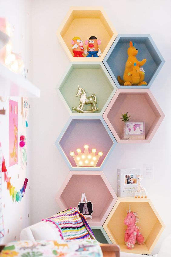 تزیین دیوار اتاق کودک با نصب شلف های دیوار شش ضلعی یا لانه زنبوری