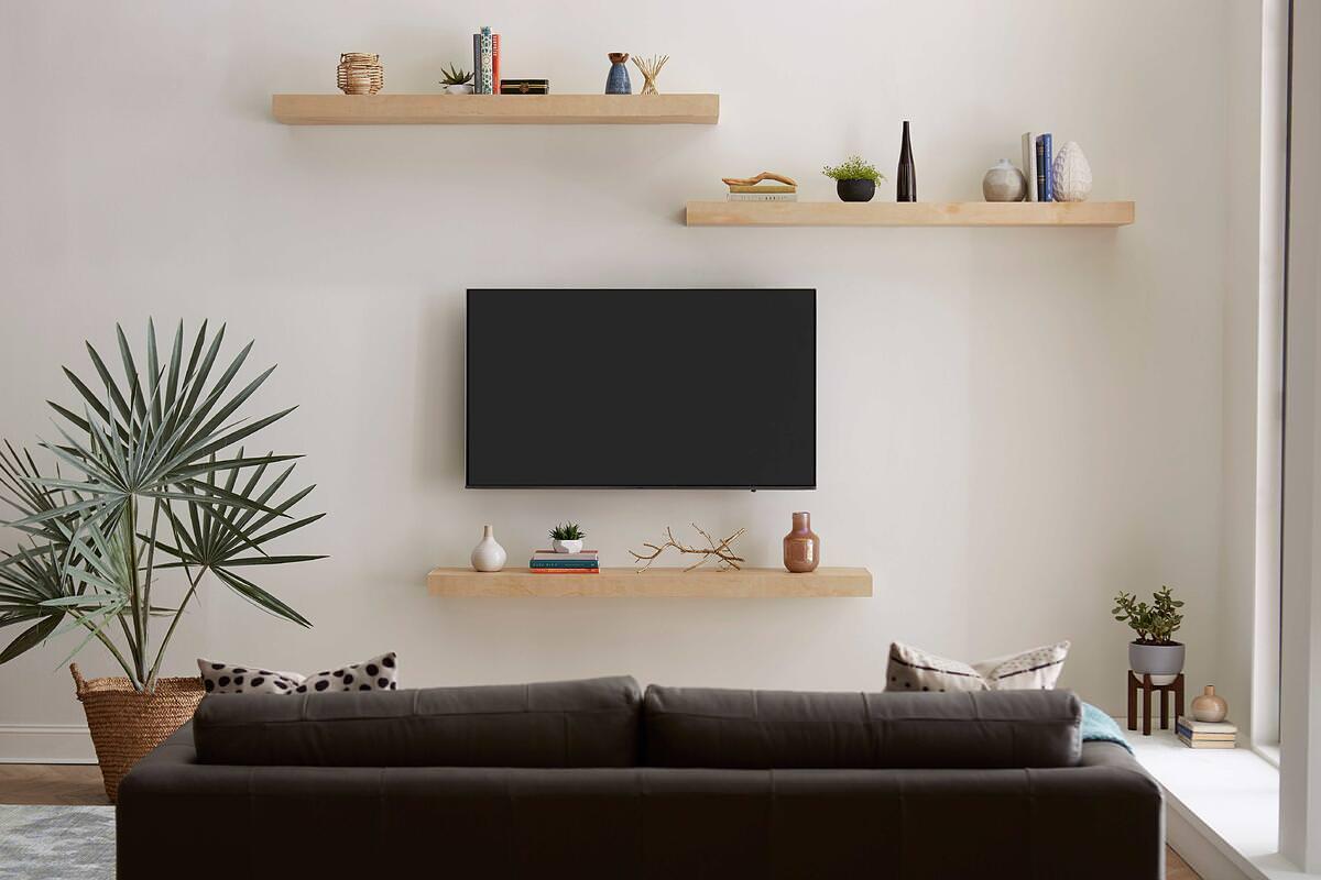 دکور پشت تلویزیون با نصب شلف های چوبی و چیدمان دکوریجات روی آن