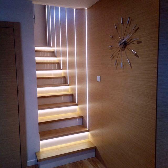 تزیین دیوار راه پله مدرن با استفاده از نورپردازی خطی
