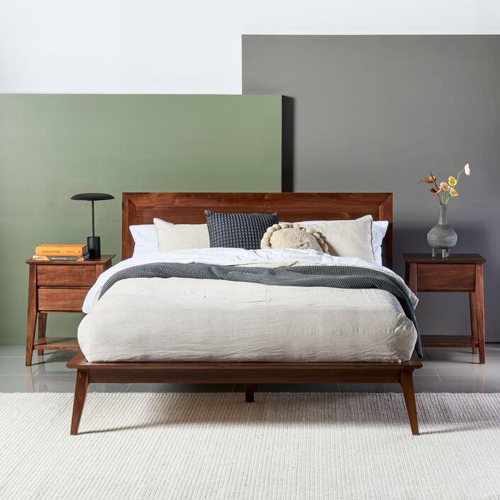 تخت خواب دو نفره ساخته شده از چوب گردو