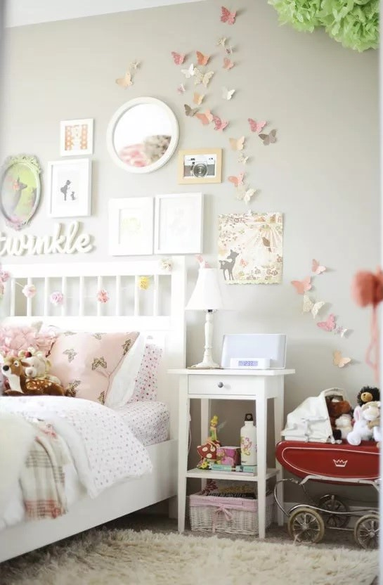 تزیین دیوار اتاق کودک با کاردستی کاغذ رنگی طرح پروانه