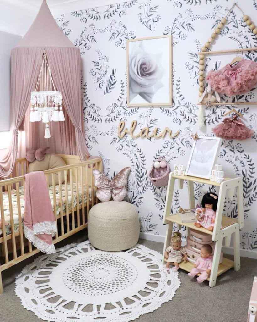تزیین دیوار اتاق کودک با کاغذ دیواری طرح برگ و گل