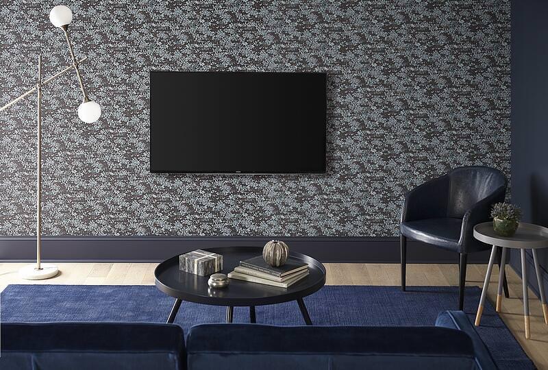 دکور پشت تلویزیون با کاغذ دیواری تیره با طرح ریز