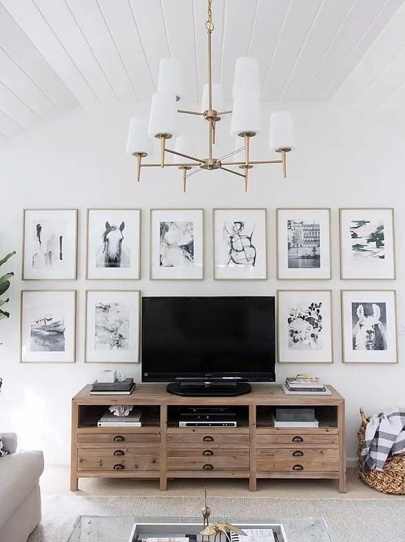 دکور پشت تلویزیون با نصب قاب عکس های هم اندازه روی دیوار و ایجاد گالری دیواری