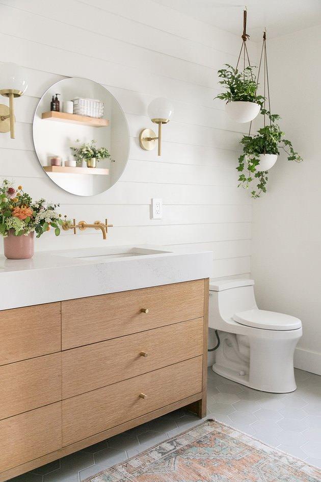 تزیین دیوار دستشویی با نصب گلدان های آویز سفید از سقف